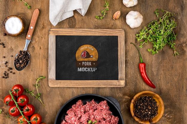 Powyżej widok sklepu mięsnego z surowym mięsem