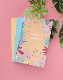 Powyżej zobacz książki i roślinę monstera