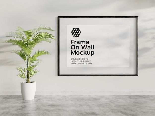 Pozioma czarna rama wisząca na ścianie