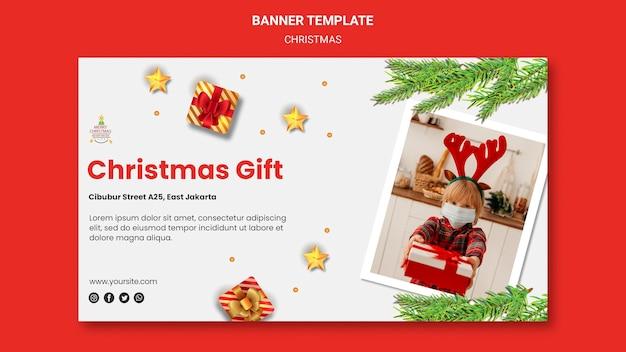 Poziomy baner na przyjęcie bożonarodzeniowe z dzieckiem w czapce mikołaja