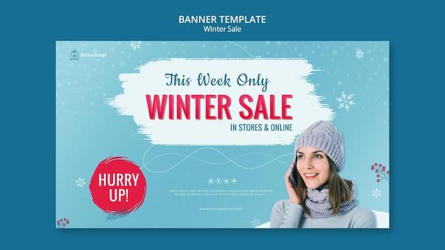 Poziomy baner na zimową wyprzedaż z kobietą i płatkami śniegu