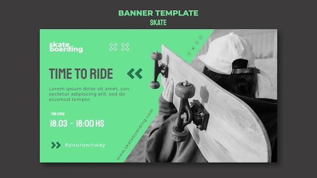 Poziomy baner szablon do jazdy na deskorolce z kobietą deskorolkarz