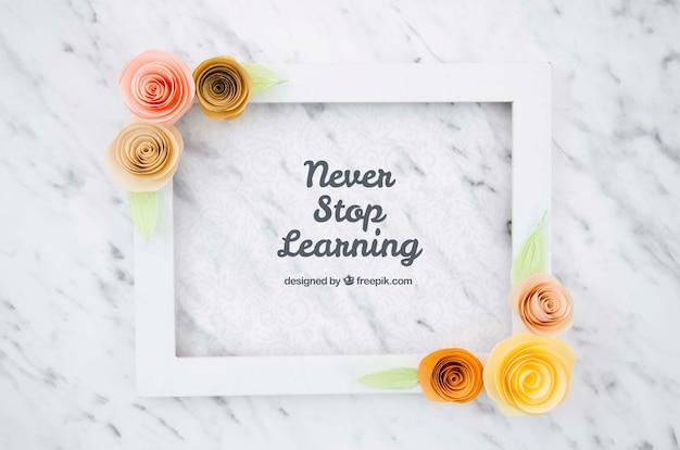 Pozytywna wiadomość na ramie kwiatowy