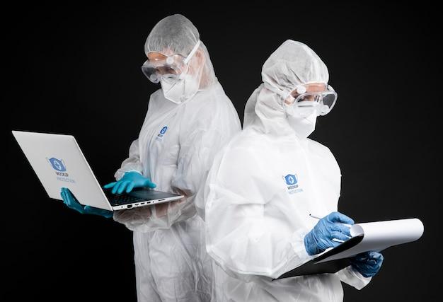 Pracownicy noszący sprzęt ochronny