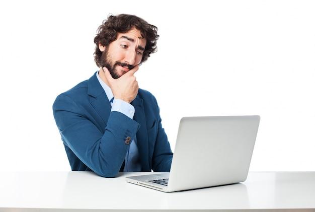 Pracownik dotykając podbródkiem myśląc