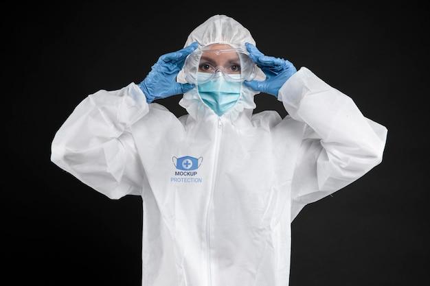 Pracownik nosi sprzęt ochronny