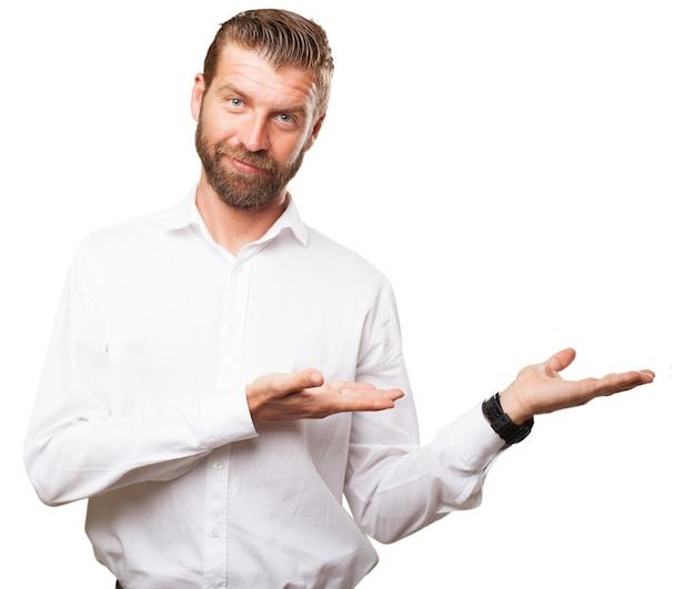 Pracownik przedstawiający otwarty rąk