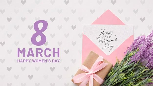 Prezent i kwiaty lawendy na obchody dnia kobiet