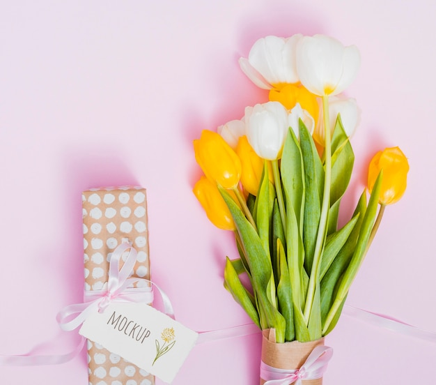 Prezent urodzinowy widok z góry z kwiatami