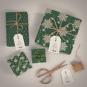 Prezenty zapakowane w zielony papier dekoracyjny