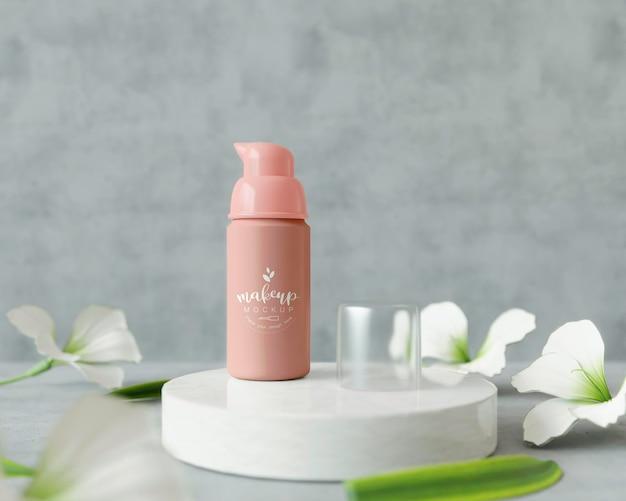 Produkt kosmetyczny na stojaku z kwiatami