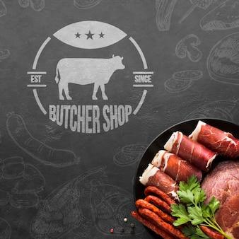 Produkty mięsne z makietą w tle