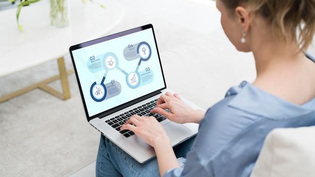 Profesjonalny freelancer pracuje na laptopie