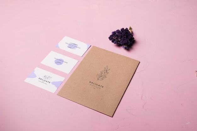 Projekt koperty na różowym tle