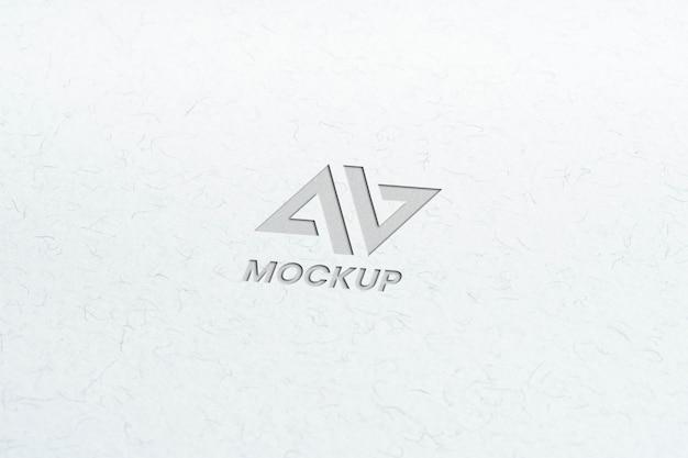 Projekt logo makiety litery na minimalistycznym białym papierze