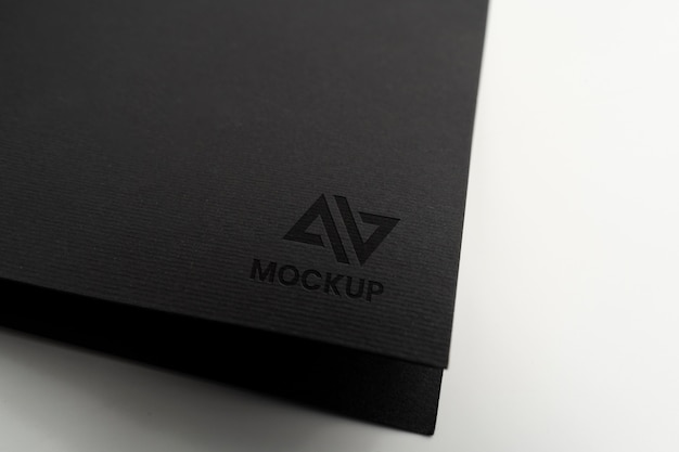 Projekt logo makiety litery na minimalistycznym czarnym papierze