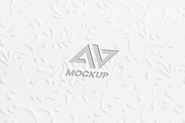 Projekt logo makiety litery na minimalistycznym papierze