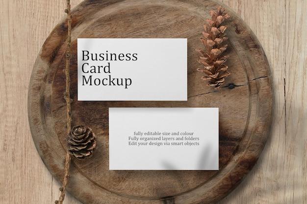 Projekt makieta wizytówki na drewnianym stole