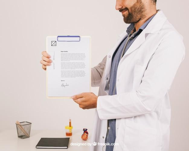Projekt makieta z uśmiechem lekarz trzyma schowek