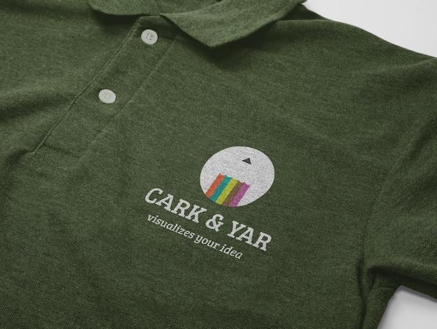 Projekt makiety koszulki polo z krótkim rękawem na białym tle z kieszenią