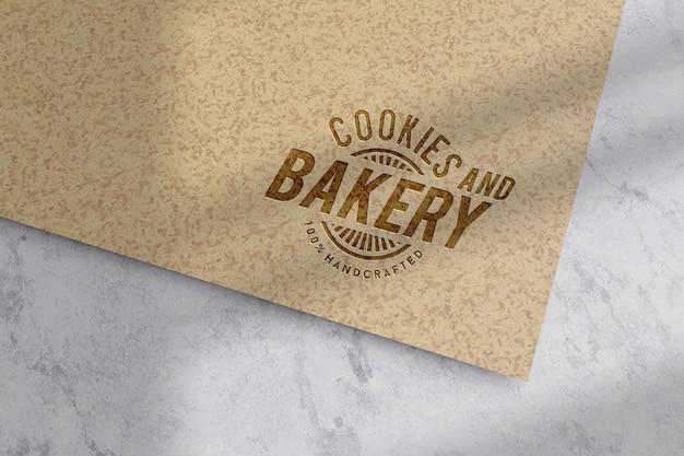 Projekt makiety logo na brązowym papierze