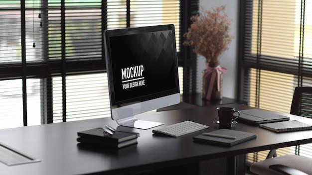 Projekt wnętrza nowoczesnego biura z makietą komputerową