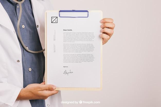 Projektowanie makiet z medykamentem lekarza trzymającego schowek