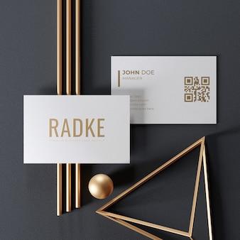 Prosta elegancka wizytówka makieta ze złotym ornamentem