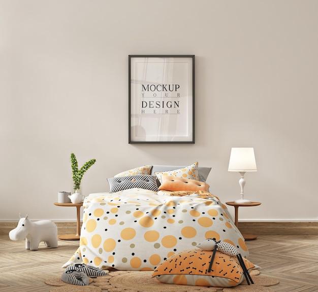 Prosta sypialnia dla dzieci z pomarańczowym łóżkiem i makietą plakatu w ramce