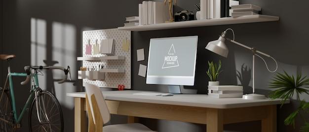 Przestrzeń robocza na poddaszu z makietą komputerową i materiałami eksploatacyjnymi