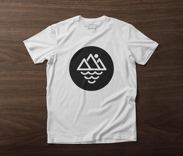 Przód szablonu makiety t-shirt na drewnianym stole