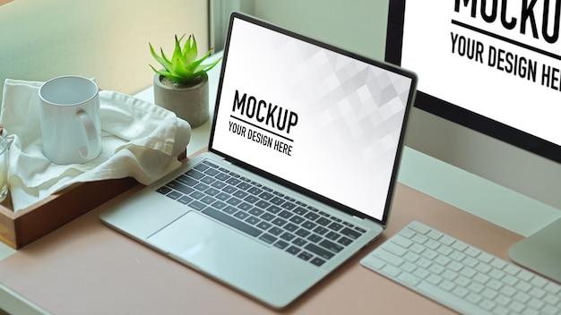 Przycięte zdjęcie biurka z makietą laptopa