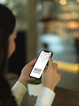 Przycięte zdjęcie bizneswoman przy użyciu makiety smartfona