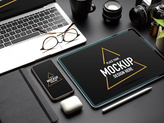 Przycięte zdjęcie makiety urządzeń cyfrowych z tabletem, smartfonem i laptopem na czarnym stole