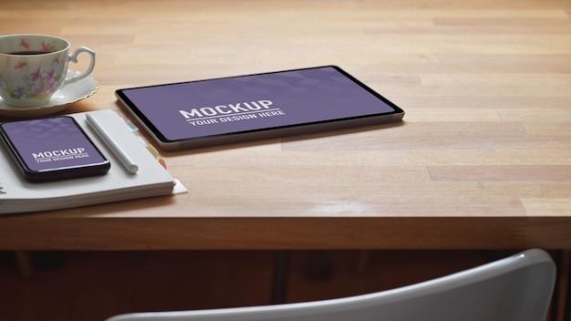 Przycięte zdjęcie obszaru roboczego z tabletem, smartfonem, papeterią i miejscem na kopię