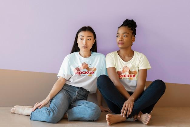 Przyjaciele reprezentujący koncepcję włączenia z makietami t-shirtów