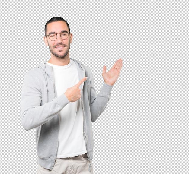 Przyjazny młody człowiek gest powitalny