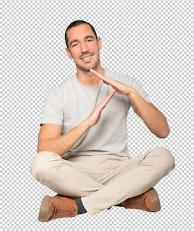 Przyjazny młody człowiek robi gest z rękami