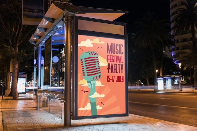 Przystanek autobusowy makieta billboard w mieście w nocy