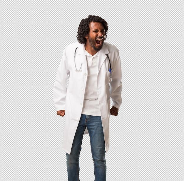 Przystojny amerykanina afrykańskiego pochodzenia lekarz krzyczy gniewny