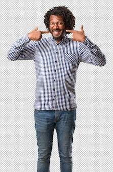 Przystojny biznesmen afroamerykanów uśmiecha się, wskazując usta, idealne zęby, białe zęby, ma wesoły i wesoły stosunek