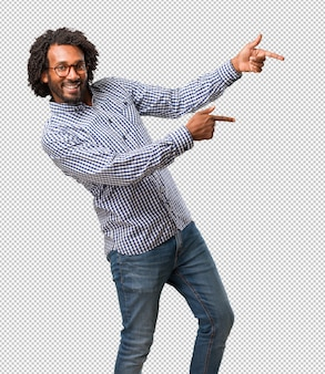 Przystojny biznesowy amerykanin afrykańskiego pochodzenia mężczyzna wskazuje strona