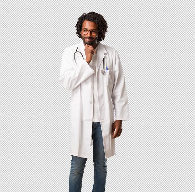 Przystojny lekarz medycyny afroamerykańskiej, myśląc i patrząc w górę, zdezorientowany pomysłem, próbowałby znaleźć rozwiązanie