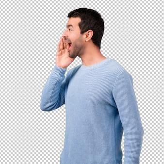 Przystojny mężczyzna krzyczy z usta szeroko otwarty