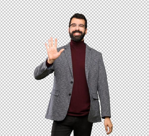 Przystojny mężczyzna liczy pięć z palcami z szkłami