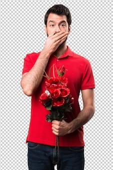Przystojny mężczyzna mienie kwitnie zakrywać jego usta