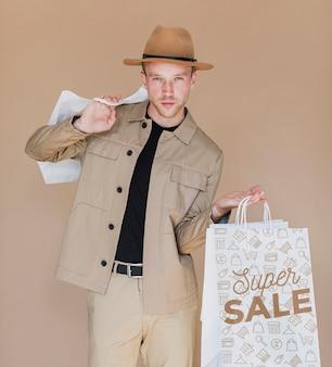 Przystojny mężczyzna podsumowanie zakupy dzień