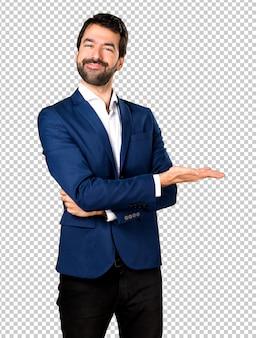 Przystojny mężczyzna przedstawia coś