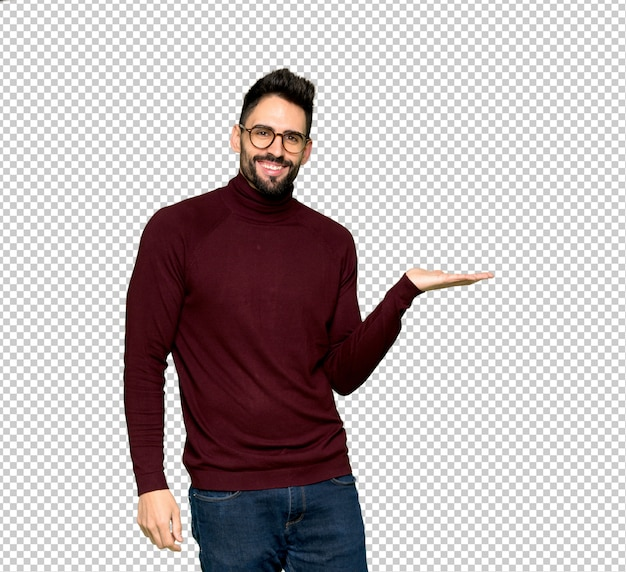 Przystojny mężczyzna przedstawia pomysł z szkłami podczas gdy patrzejący ono uśmiecha się w kierunku