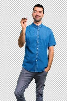 Przystojny mężczyzna trzyma błękitnego samolot z błękitną koszula